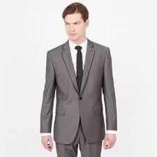 Het grijze pak dat Maxon draagt en hem als gegoten zit. Hij ziet er stijfjes uit wanneer hij het aanheeft tijdens de bekendmaking van de 35 gekozen meisjes. Pagina 38