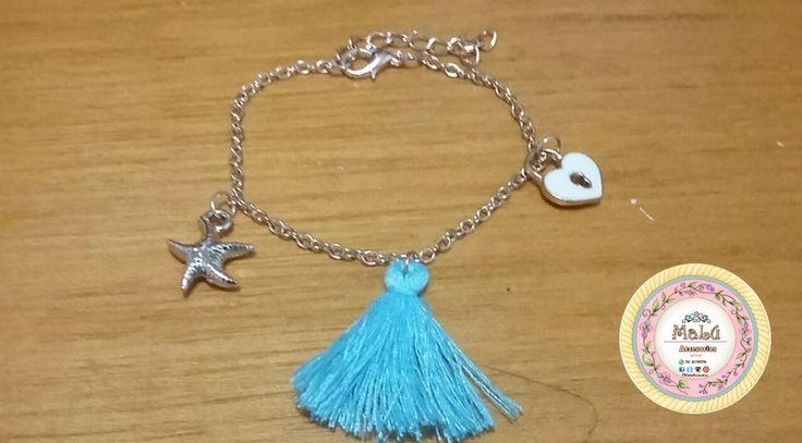 Pulsera plateada con un lindo dige de corazón y otro de estrella de mar, acompañados de un accesorio en flecos color azul. Accesorios únicos de #Malú.  $8.000 Ventas al por mayor y al detal. Whatsapp  311-6528578