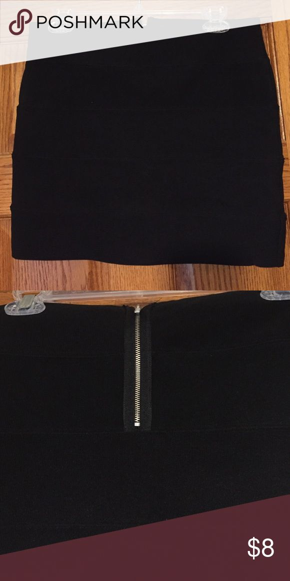 Black bandeau skirt Shirt black bandeau skirt. Made with 3% spandex, so nice and stretchy/comfortable. Material is ribbed and skirt has 5 tiers of banding. Metal zipper in middle back Forever 21 Skirts Mini