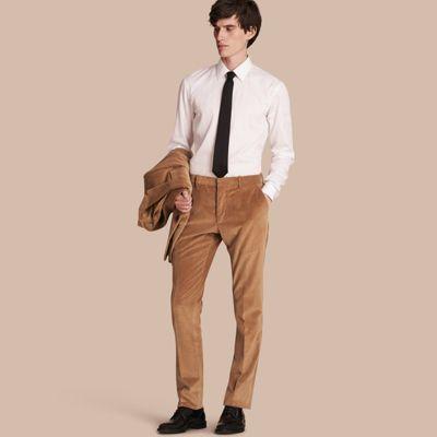 Pantaloni dal taglio aderente in resistente corduroy di cotone. Il modello semplice senza pince presenta elementi sartoriali tradizionali ed è dotato di passanti per la cintura.