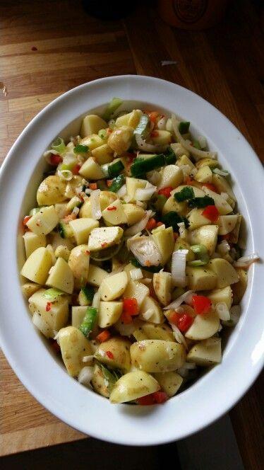Kartofler blandet med chili, squash, porrer, rød peberfrugt, frisk basilikum, lidt olie, salt og peber.