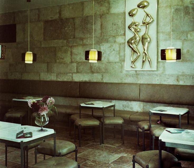 Úri utca 30., Behrám eszpresszó. Szemben a falon Ilosfai József szobrászművész Szerelmespár című alkotása.
