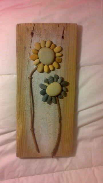 Cuadro hecho con ramas tabla de madera y piedras - Cuadros hechos con piedras de playa ...