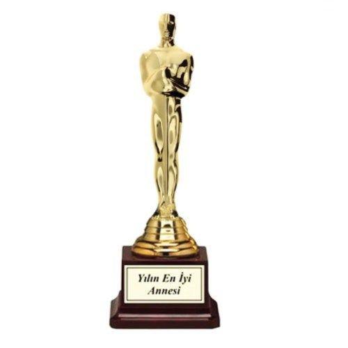 Oscarın üzerine istediğiniz yazıyı yazdırarak verin  Tüm sevdiklerinize üzerinde kendi istediğiniz kelimeleri yazdırarak onlara özel Oscar verebilceksiniz! İsterseniz Oscarı hediye vereceğiniz kişinin adını yazdırın isterseniz iltifatınızı yazdırın, ne yazacağınız tamamen sizin elinizde! Sevdiğiniz Oscarını alırken Hollywood yıldızlarının bile kendine özgü Oscarları olmadığını görüp çok mutlu olacak!