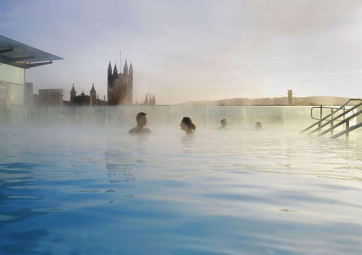BATH Utendørsbassenget på taket av Bath Thermae Spa er fylt med vann fra en av de varme kildene og holder 33,5 grader. Bassenget er åpent året rundt.</p>