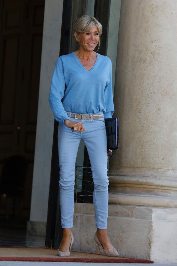 Brigitte Macron toute de bleu vêtue