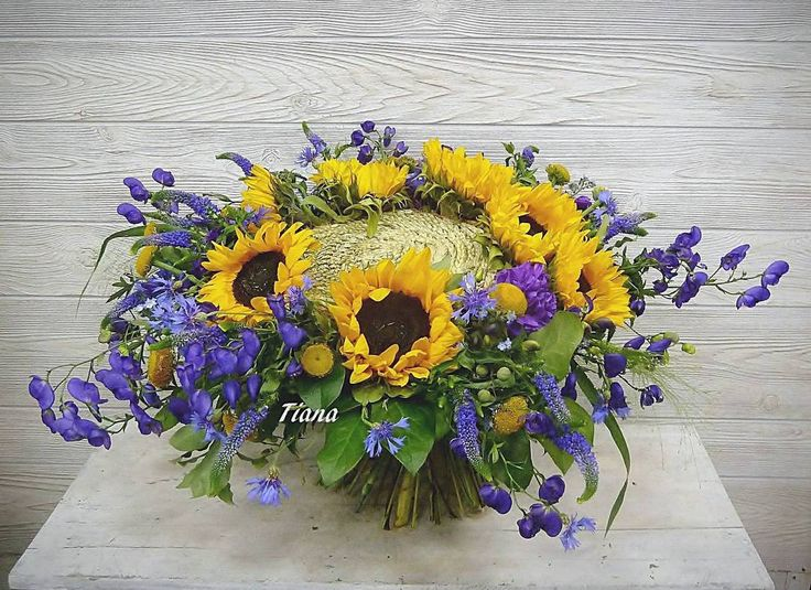 #vangogh #summerbouquet #summerflowers #myeverydaymagic #aconite #aconitum #sunflower #sunflowers #veronica #cornflowers  #flowermagic #floraldesigner #floraldesign #floristry #florist  #underthefloralspell #floralart #floralartforum #tiana_flowers #подсолнухи  #аконит #необычныйбукет #букетнакаркасе  #флористика #флорист