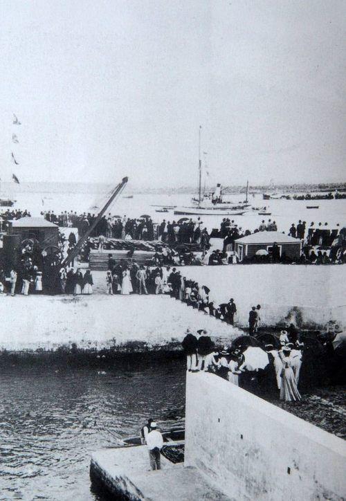 4  Julho 1901, Cais da Alfândega, Cidade de Ponta Delgada, Ilha de São Miguel    Desembarque dos Reis Dom Carlos e Dª Amélia em Ponta Delgada
