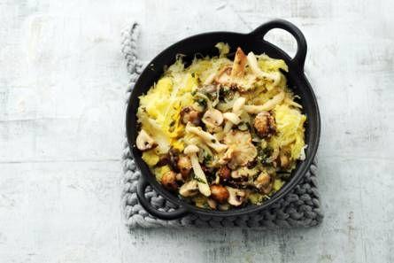 2  Zuurkooltamppot met paddenstoelen en dragon.jpg,   De knoflook kook je met de aardappelen mee. Dat geeft extra smaak!