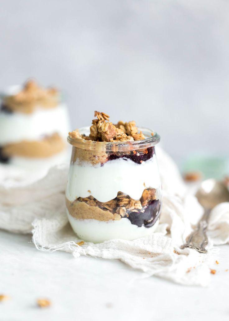 Erdnussbutter und Jelly Joghurt Parfaits mit hausgemachter Erdnussbutter und Honig Granola und Protein-gepackten griechischen Joghurt.  YUM!
