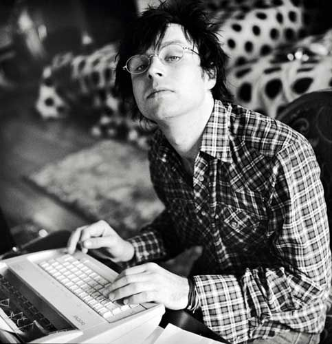 ryan adams | Ryan Adams Fotos (47 de 234) – Last.fm This has to be one of my favorites of him...mostly because he has a typewriter ^^