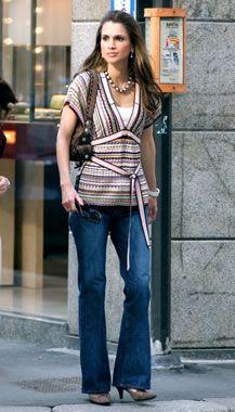 ♔♛Queen Rania of Jordan♔♛.. wearing blue jeans and still looks beautiful.