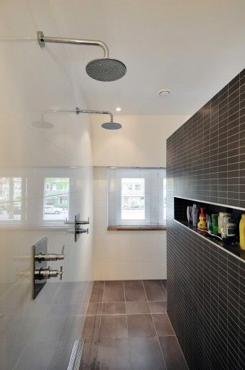 Wij zijn gespecialiseerd in complete badkamer verbouwingen. Dit houdt ook in het stucen van badkamers, beton cire badkamers, maatwerk stoomcabines, natuursteen badkamers en neolith badkamers.