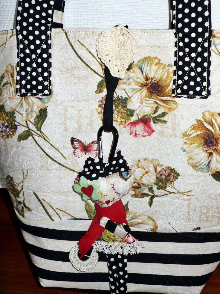 bianco e nero per questa borsa con una piccola e molto chic poupée attaccata sul retro