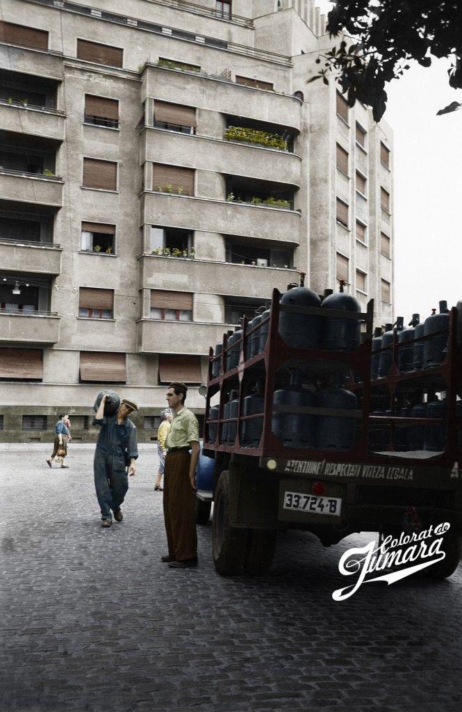 """Intersecția străzii C. A. Rosetti cu str. Snagov (actuală Nicolae Filipescu) și-un transport de butelii cu un vehicul pe care scrie """"Atențiune! Respectați viteza legală."""" Da, așa arătau plăcuțele de înmatriculare în anii '50. Pe fundal, blocul masiv treizecist ridicat pe colțul străzii Rosetti cu str. Tudor Arghezi (fostă și actuală Dionisie Lupu, pe acel segment). E prima oară în acest set când vedem străduțe secundare, majoritatea pavate încă cu piatră cubică atunci."""