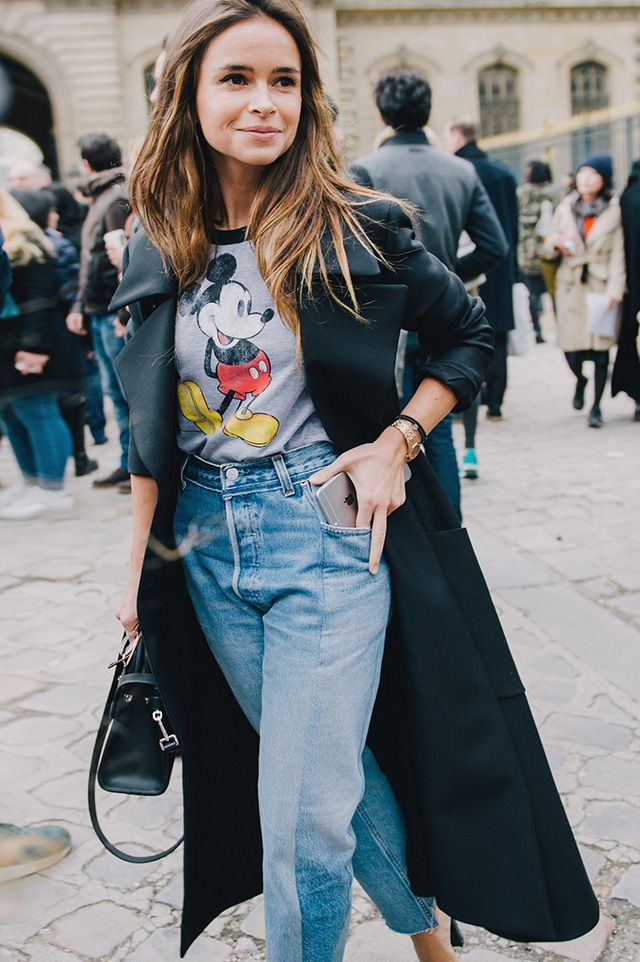 Miroslava Duma wears Mickey Mouse t-shirt and mom jeans. Get the look!