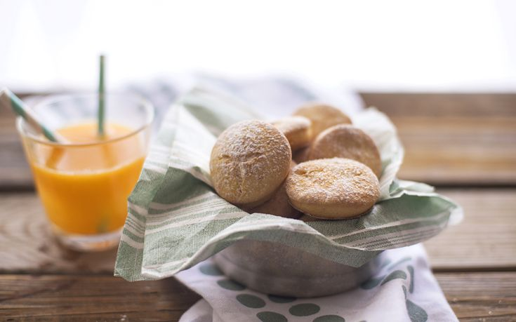 I biscotti light al profumo di arancia si preparano utilizzando ricotta e succo e scorza di arancia: sono perfetti per chi è a dieta.