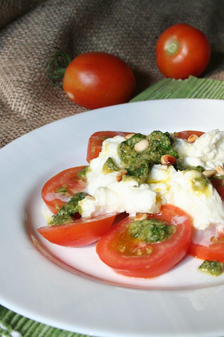 """""""Trhaný"""" salát caprese s domácím bazalkovým pestem"""