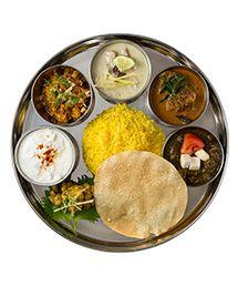 夢の値段 No.018 こだわりカレーのお取り寄せ   お届け予定:2015年4月下旬   『LOVE INDIA』を知っていますか?インド料理に並々ならぬ愛と情熱を傾ける名だたる人気店の日本人シェフたち。彼らが年に1度、一堂に会するカレーファン垂涎のイベント。2011年にスタートするや、毎年入場者数を更新し続けているその人気のワケは、彼らのカレーがずらりと並ぶターリー=定食。肉、魚、野菜……すべて異なる人気店のカレーが並ぶ。そんな人気店のカレーアソートがご自宅で! 奇跡のターリー。  カレー各100g×8袋、ピクルス50g×2袋、サフラン風味バスマティライス200g×2食、パパド2枚、ヨーグルト用スパイス2袋。食器はターリー皿32㎝×1枚、カトリ(小さい器)9㎝×5個。*ライタ(ヨーグルトサラダ)のヨーグルトは付きません。また、トッピングのハーブ類、ショウガ、トマトなどは撮影用に加えたものです。お好みで加えてください。 賞味期限:常温保存で約1年間。   参加ショップ:〈インド食堂 アンジュナ〉、〈インド・パキスタン料理専門店 デリー〉、〈新・印度料理 たんどーる〉、〈南