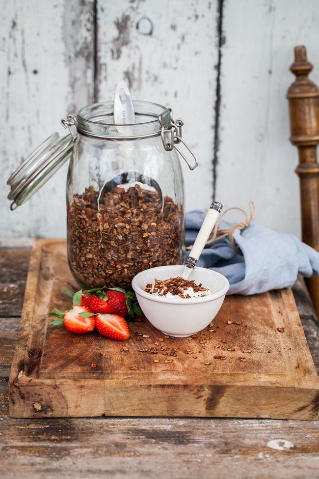 ett enkelt recept på chokladgranola-helt utan vitt socker här på Linnéas Skafferi. Så här på sommaren gillar jag att äta olika former av yoghurt, kvarg eller kanske smoothiebowls till frukost. Det känns fräscht och enkelt. Då är det supergott att kunna toppa allt med hemgjord gra