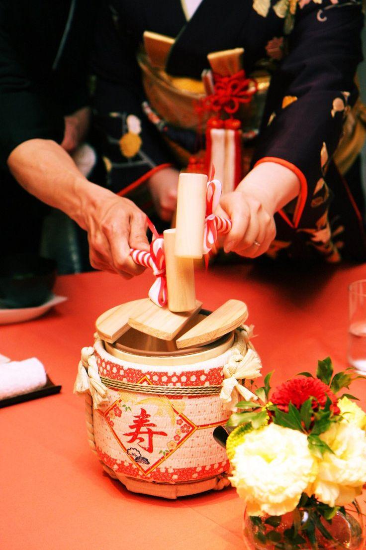 ゲストのテーブルを回ってミニ樽でパフォーマンス♪ 披露宴でやりたい鏡割り・鏡開きのアイデア。