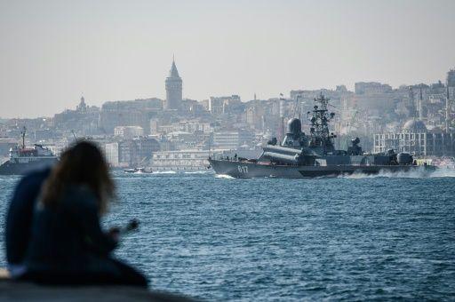 """Le bateau de guerre russe class Corvette 617 """"Mirazh"""" traverse le Bosphore à Istanbul et se dirige vers la Syrie, le 7 octobre 2016 - OZAN KOSE ©AFP"""