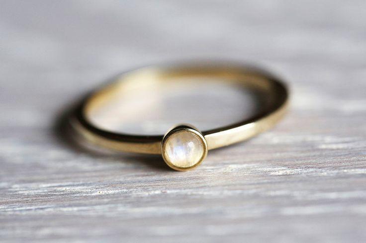 Mondstein - Mondstein Ring, Mondstein Schmuck, Verlobungsring - ein Designerstück von Capucinne bei DaWanda