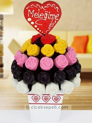 O sizin tatlı meleğiniz, hayatınızın tüm renkleri onunla parlıyor, gözlerinizi alıyor. Böylesine büyük bir aşk anlatılamaz, kelimelere sığmaz değil mi? Biz de gökkuşağının tüm renklerini bu kek buketine bürüdük, aşkınızı en güzel bu anlatır diye düşündük!   http://www.ciceksepeti.com/melegime-renkli-kek-buketi