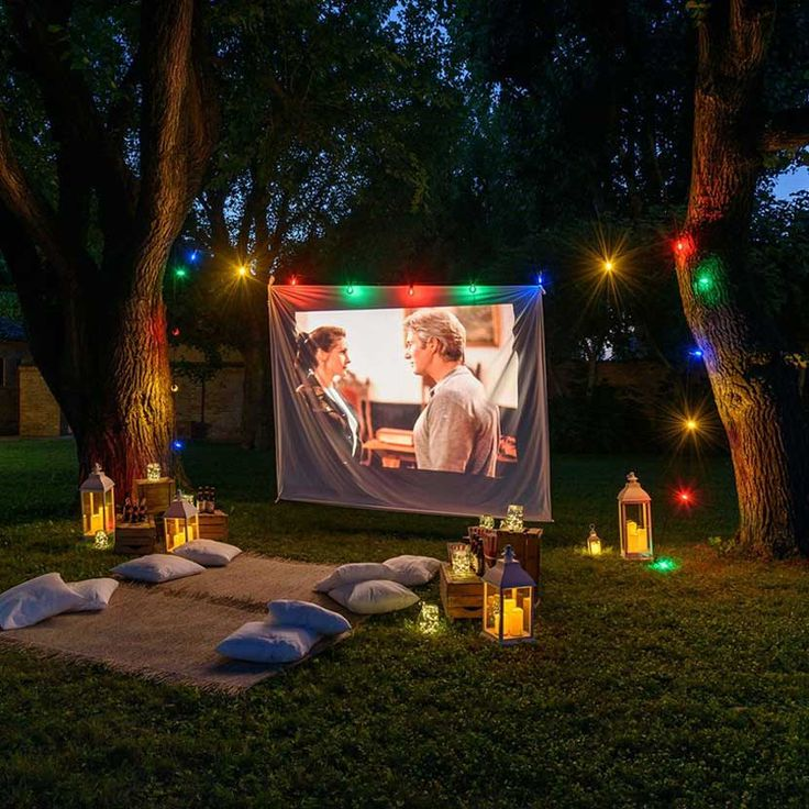 cómo montar un cine de verano con una sábana Backyard Movie Party, Backyard Movie Nights, Outdoor Movie Nights, Cinema Party, Cute Date Ideas, Outdoor Cinema, Movie Night Party, Night Aesthetic, Friends