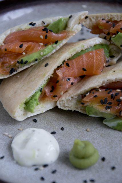 Zin in sushi, maar geen zin om te koken? Maak dit lekkere broodje sushi, met zalm en avocado.