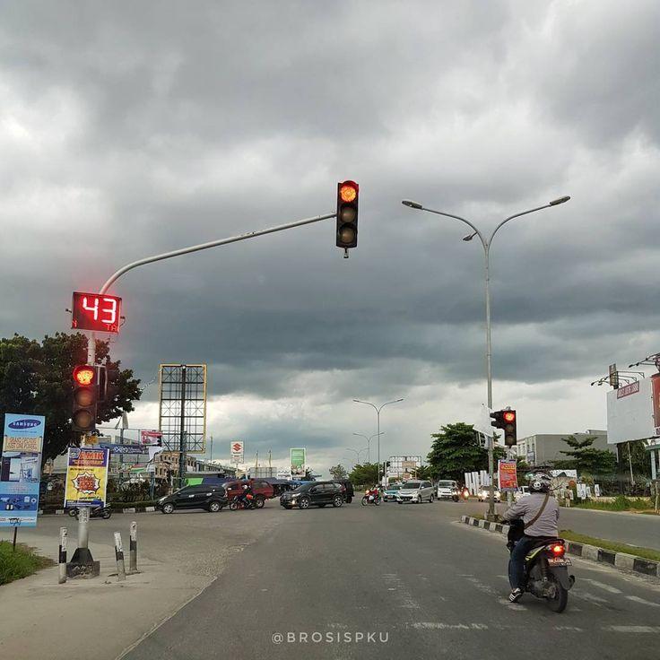 """1,177 Suka, 11 Komentar - Cerita Info Kuliner Pekanbaru (@brosispku) di Instagram: """"Langit di sekitaran Jalan Soekarno Hatta dan Jalan Arifin Ahmad saat ini. Going to be a stormy…"""""""