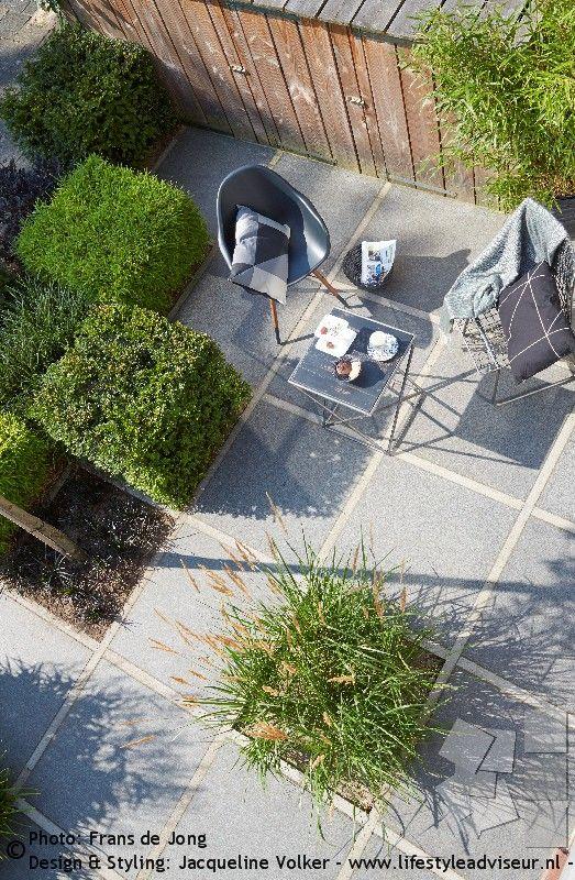 Voortuin in zwart-wit ruiten. Front yard, garden in black and white plaid pattern. © Garden design & styling: Jacqueline Volker – www.lifestyleadviseur.nl . Photos: Frans de Jong.