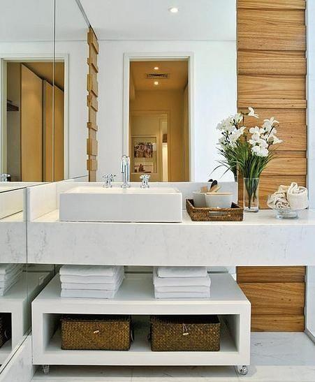 Banheiro sem armários em baixo, com um móvel de rodinhas e cestas organizadoras, curti <3