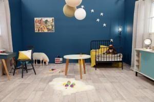 chambre bleue avec touche jaune