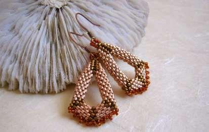 Orecchini con le perline: 5 idee fai da te [FOTO] - 5 idee originali per realizzare splendidi orecchini fai da te con le perline, da quelli pendenti semplici a quelli a forma di fiore.