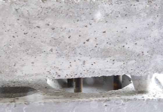 LADRILLO AUTOAJUSTABLE Y ANTISÍSMICO.  Ladrillo macizo o visto. Ladrillo, destinado a su aplicación en la construcción de muros, paredes o tabiques de todo tipo de edificios, que presenta en su cara superior dos oquedades tronco-cónicas y en su cara inferior seis varillas de acero insertadas para su encastre en las oquedades del ladrillo inferior, a fin de conseguir la posición correcta de los mismos y aumentar su resistencia que queda reforzada al solidificarse la argamasa que los une.
