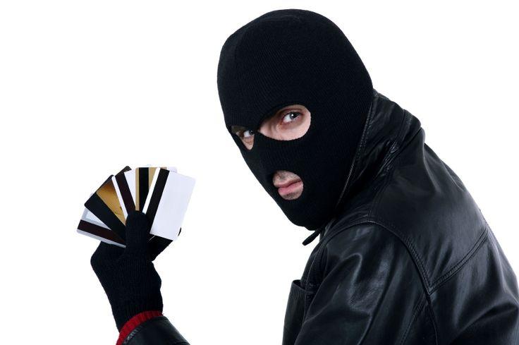 """Как жулики воруют с наших банковских карт http://feedproxy.google.com/~r/russianathens/~3/K65tQVqPHFg/22562-kak-zhuliki-voruyut-s-nashikh-bankovskikh-kart.html  Новые виды мошенничества с банковскими картами: как сберечь свои деньги.Самые распространенные способы увода денег с """"пластика"""" и как от этого защититься [видео]."""