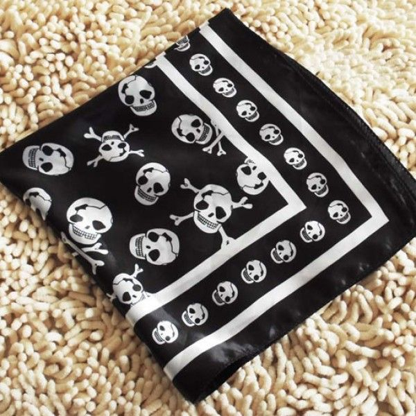 Short Skull Scarf -> http://www.outfit-online.ro/accesorii/esarfe/19-accesorii/20-esarfe/esarfa-cu-cap-de-mort.html