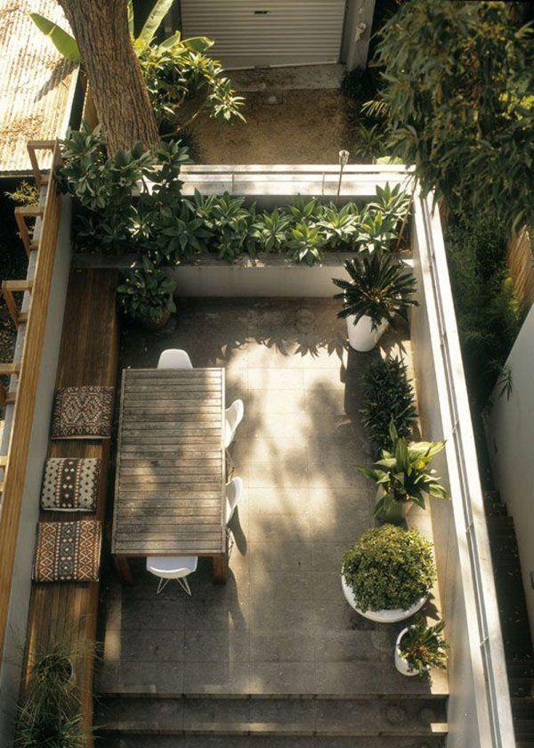 <p>Dans ce jardin conçu tout en longueur, la piscine prend une place importante sans pour autant négliger le lieu de détente aménagé sobrement de transats, d'une...