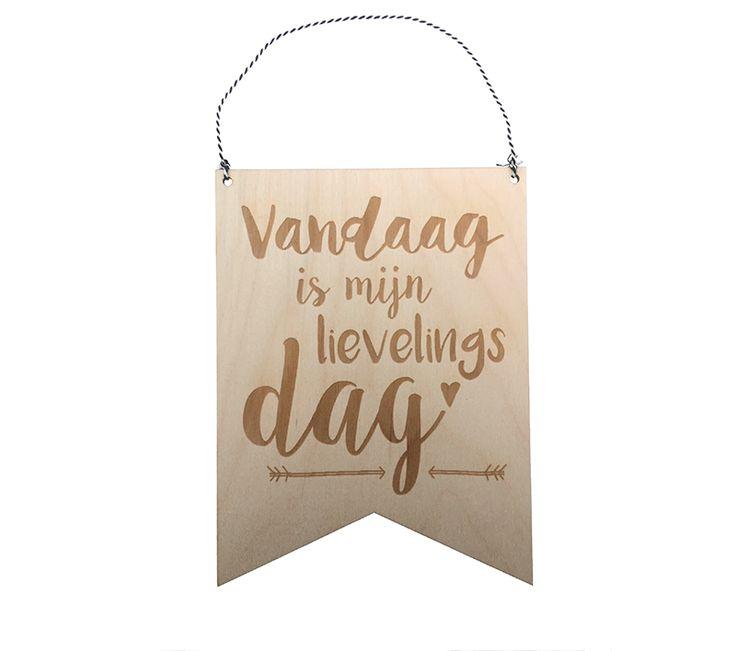 Een houten vaandel met de quote: Vandaag is mijn lievelingsdag! Ontzettend leuk om cadeau te geven en door het bakkerstouwtje ook eenvoudig op te hangen in een slaap kamer of een andere mooie plek in je interieur.