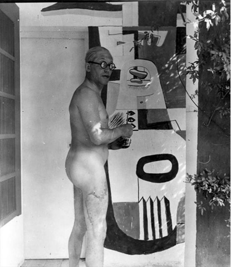 Ле Корбюзье расписывает виллу E1027, построенную Эйлин Грей на мысе Кэп-Мартин для себя и Яна Бадовичи, 1939