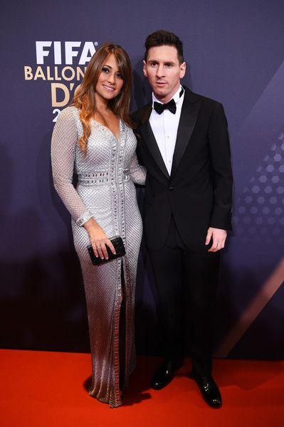 Lionel Messi de Argentina y el FC Barcelona y su pareja Antonella Roccuzzo asisten al FIFA Balón