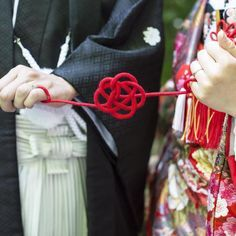 """今流行の前撮りアイテム*2人を繋ぐ運命の『赤い糸』は定番の""""LOVE""""以外のデザインも可愛い!にて紹介している画像"""