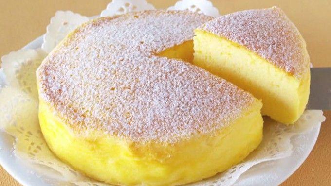 japonský cheesecake: jen ze tří surovin120 g mascarpone, 120 g bílá čokoláda, 3 ks vejce. Vaječné bílky oddělíme od žloutků. Ve vodní lázni rozpustíme bílou čokoládu, kterou necháme mírně vychladnout. Přimícháme mascarpone a vymícháme do hladka, přidáme 3 žloutky a nakonec i ušlehaný sníh.