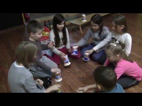 """Zabawa z kubkami """"Gdyby kózka nie skakała"""" - YouTube"""