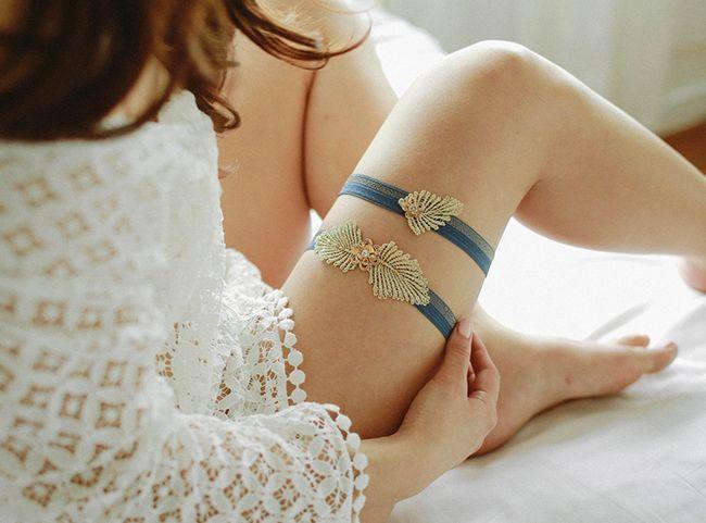 Set blauwe kousenbanden met gouden details.