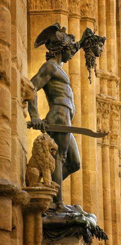 Perseo con la cabeza de Medusa escultura en Florencia - Italia. En ella encontramos un relato temporal, cuenta una escena de la mitología romana dónde Perseo corta la cabeza a Medusa. Técnica sustractiva y directa.