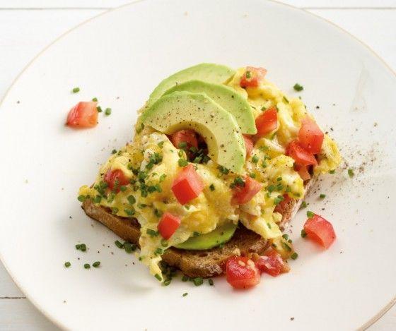 Avocado-Rührei: Diese Schnitte mit Avocado, Tomate und Rührei ist auf jeder Frühstücktstafel der Hit.