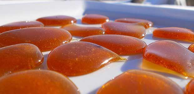 Ces pastilles sont très efficaces quand la gorge gratte et devient douloureuse. Ingrédients pour une trentaine de pastilles : Gingembre : 1 tronçon de 5 cm Thym séché : 1 branche Miel de thym, d'eucalyptus ou de lavande : 200 gr Huile essentielle de citron : 5 gouttes Préparation Coupez le gingembre en petits tronçons, ...