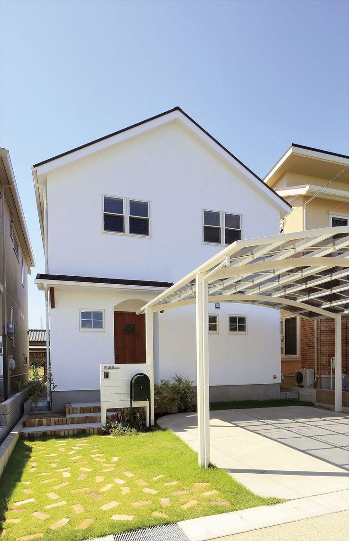 家/外観/エクステリア/切妻屋根/白い家/塗り壁/無垢玄関ドア/ナチュラルスタイル/シンプル/注文住宅/ジャストの家/house/home/exterior